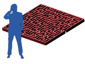 Silhouette d'un homme perplexe face à un labyrinthe